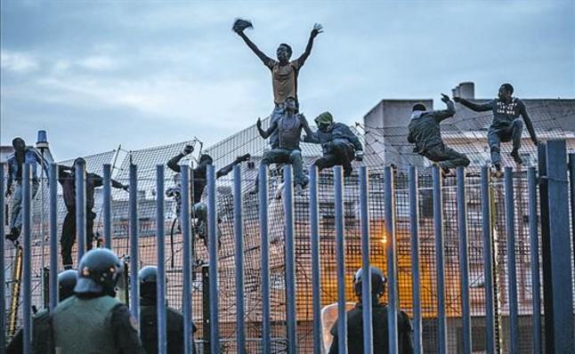 Multan a dos fotógrafos por filmar escenas del salto a la valla de Melilla